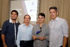 O presidente Bira Marques e o executivo Felipe Melo recebendo o troféu das mãos do presidente da FCDL, Afrânio Miranda.