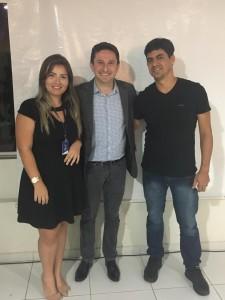 Luciano Júnior, presidente da CDL Ceará-Mirim e a executiva Maryany Galdino ao lado de Ramon Enoch.